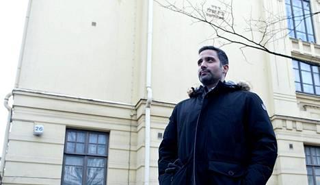 Helsingin juutalaisen seurakunnan puheenjohtaja Yaron Nadbornik kuvattiin juutalaisen seurakunnan edessä vuonna 2015.