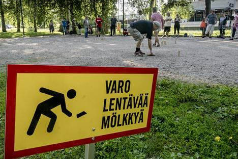 Karakalliolaiset ovat asettaneet Mölkky-kentän ympärille varoituskylttejä.