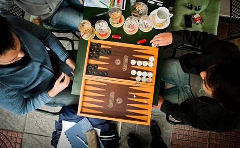 Thessalonikilaisessa kahvilassa backgammonia pelaavilla Stelios Konstasilla (vas. ) ja Nikos Yanoulisilla ei ole mitään turkkilaisia vastaan. Ikivanha lautapeli on erittäin suosittu sekä Kreikassa että Turkissa.