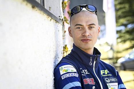 """Perttu Hyvärinen paljasti, että Iivo Niskanen parturoi hänen päänsä maanantaina jo toisen kerran. Nyt käytössä oli kuulemma """"uusi lelu""""."""