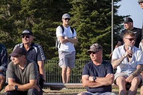 Lassi Etelätalo (keskellä seisomassa) seurasi Joensuun gp-kisoja katsomosta 14. heinäkuuta. Hän säästeli kättään olympialaisiin.