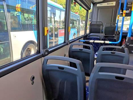 Kuljettajalla ei ole oikeutta häätää itkevää lasta bussista.