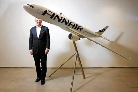 Finnairin toimitusjohtaja Pekka Vauramo poseerasi pienoismallin takana Finnairin pääkonttorin aulassa lokakuun tulosjulkistuksen yhteydessä.