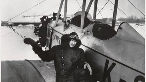 Vuokko Knuutila Sääski-koneen vierellä Helsingin Kellosaaren lentoasemalla maaliskuussa 1931.