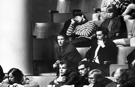 Varsin nuori kuulijajoukko – pääasiassa koululaisretkikuntia – seurasi eduskunnassa käytyä keskustelua keskioluen myynnin vapauttamisesta ja alkoholilain uudistamisesta.