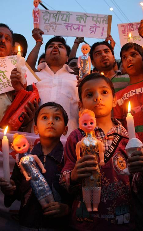 Luoteis-Intiassa sijaitsevan Amritsarin asukkaat osoittivat mieltä viisivuotiaan tytön raiskausta vastaan huhtikuussa.