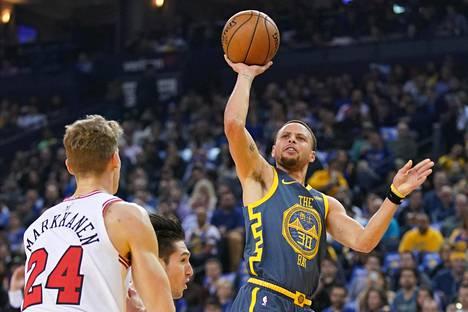 Lauri Markkanen ei pystynyt pysäyttämään 28 pistettä heittänyttä Stephen Currya.