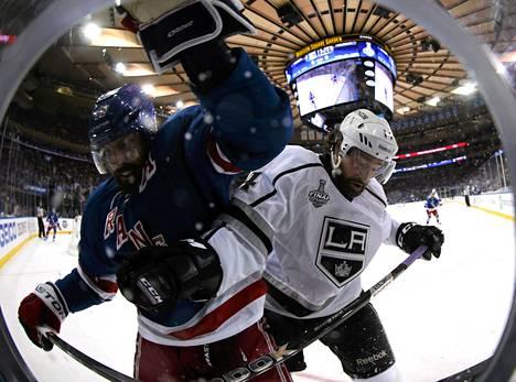 Rangersin Brad Richards taistelee kuvassa Kingsin Justin Williamsin kanssa.