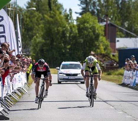 Arto Vainionpää (vas.) voitti sunnuntaina 192 kilometrin ajon päätteeksi maantieajon Suomen mestaruutta puolustaneen Anders Bäckmanin.