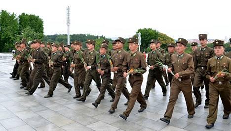 Pohjois-Korean armeijan sotilaat juhlivat maan Japanin vallan alta vapautumisen muistopäivää Pyongyangissa viime elokuussa. Kuva on Pohjois-Korean julkaisema.