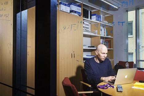 Akatemiatutkija Matti Pirinen tekee Suomen molekyylilääketieteen instituutissa tilastollisen genetiikan tutkimusta.