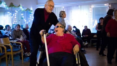 """Martti Ryhänen tanssitti pyörätuolissa istuvaa Tytti-vaimoaan perjantaina Myllypuron palvelukeskuksen tansseissa. """"Annan tyytyväisyydelleni arvosanan 9,5. Minulla on ollut hyvä pari ja avioliitto. Olemme menestyneet hyvin elämässämme"""", hän kertoo."""