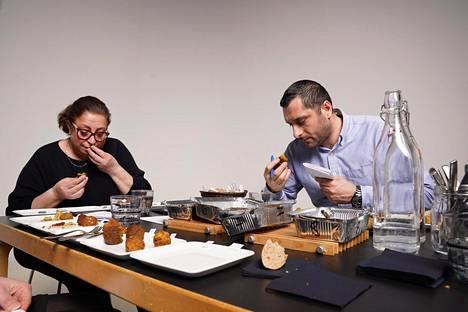 Maggie Lindholm ja Joseph Youssef arvioivat falafeleja HS:n testissä.