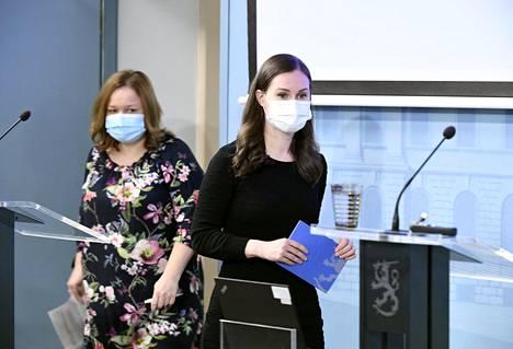 Pääministeri Sanna Marin (sd) varoitti kansalaisia koronaviruksesta tiedotustilaisuudessa torstaina. Taustalla perhe- ja peruspalveluministeri Krista Kiuru (sd).
