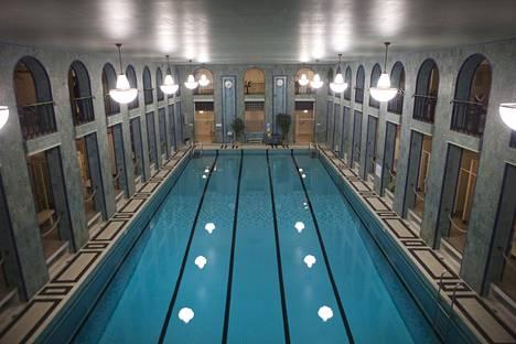 Vuonna 1928 avautunut Yrjönkadun uimahalli on erityisen arka likaantumiselle, sillä ihmiset tulevat aivan altaan reunalle asti ulkovaatteissaan. Pukukopit sijaitsevat kahdessa kerroksessa altaan ympärillä, käytännössä samassa tilassa.