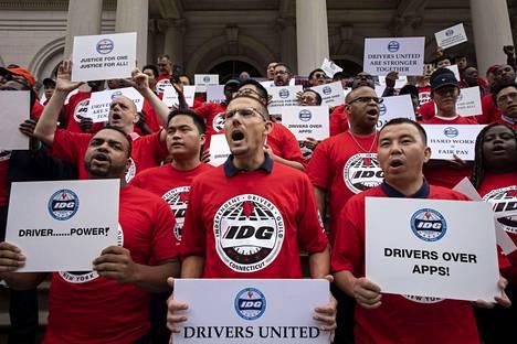 Kyytipalvelujen kuljettajat osoittivat mieltään parempien palkkojen ja oikeuksien puolesta New Yorkissa tiistaina.