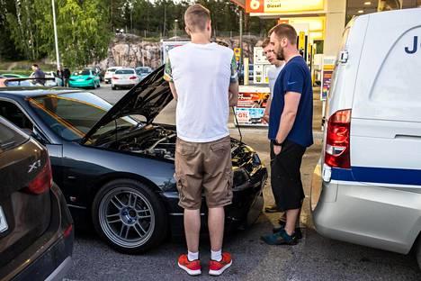 Juha Leinonen siirtää järjestyksenvalvojan toiveesta autoaan puoli metriä eteenpäin ruutuun.