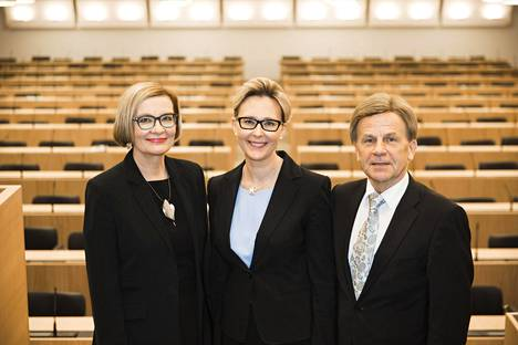 Puhemiehistön ryhmäkuva; varapuhemiehet Paula Risikko ja Mauri Pekkarinen. Keskellä puhemies Maria Lohela.