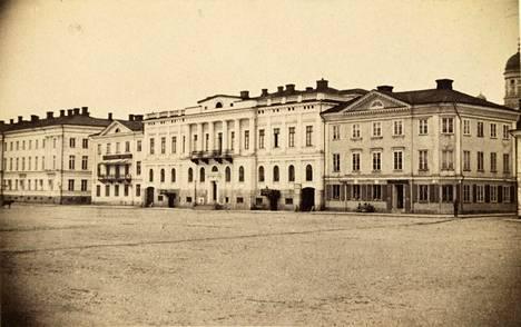 Kauppias Heidenstrauchin rakennuttama talo (kuvassa keskellä) alkuperäisessä asussaan vuonna 1865–70. Sen oikealla puolella on Lampan talo ja vasemmalla Goviniuksen talo.