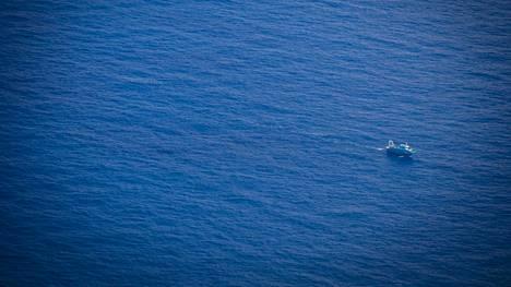 Välimerestä löytyi ennätyksellinen mikromuovitihentymä. Kuvassa kalastusalus Lampedusan saaren lähellä viime tammikuussa.