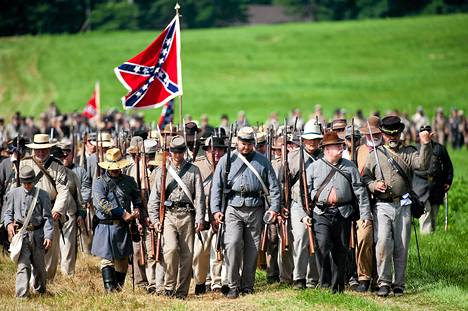 Etelävaltioiden sotilaita esittävät sotahistorian harrastajat marssivat asemiin Gettysbugin taistelujen muistonäytöksessä.