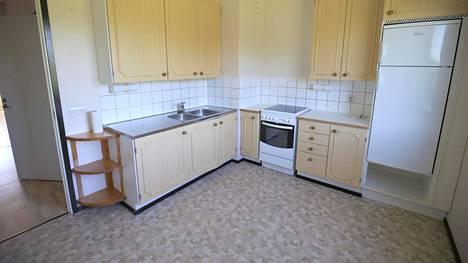 Katriina Roiha päätti jo ostohetkellä, että remontoisi uuden asuntonsa. Tältä keittiössä näytti ennen remontointia.