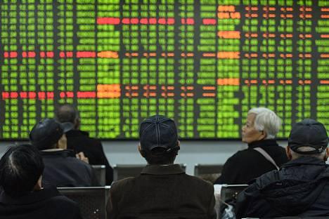 Sekä Shanghain että Shenzhenin pörssien keskeiset indeksit avasivat lähes yhdeksän prosentin laskussa.
