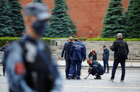 Poliisit tutkivat perjantaina Morkovan Punaisella torilla paikkaa, jossa oppositioaktivisti oli hetkeä aiemmin esittänyt tekevänsä itsemurhan.
