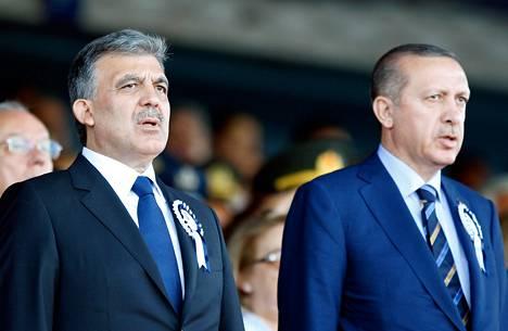 Turkin presidentti Abdullah Gül (vas.) ja pääministeri Recep Tayyip Erdogan Istanbulissa elokuussa 2011.