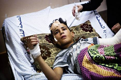PALESTIINAN JA ISRAELIN IKUISUUSONGELMA. Israelilaisten ja palestiinalaisten väliset kiistat ja taistelut ovat jatkuneet koko vuosikymmenen ajan. Heinäkuussa 2014 12-vuotias Muntaser Baker loukkaantui Israelin armeijan ilmaiskussa, kun hän oli leikkimässä rannalla. Iskussa kuoli Muntaserin pikkuveli ja kaksi serkkua.