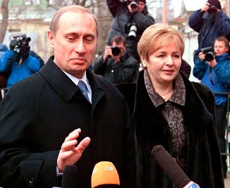 Vladimir Putin vaimonsa Ljudmilan kanssa vuonna 2000.