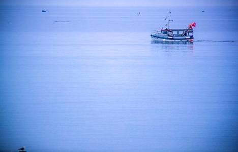 Kalastusalus vesillä toukokuussa Saksan rannikolla.