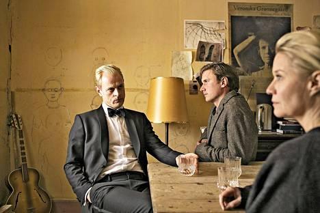 Perillisten toisessa osassa Gro paljastaa suunnitelleensa Veronikan kanssa Groennegaardin museoimista. Kuvassa Frederik (Carsten Bjørnlund), Emil (Mikkel Boe Følsgaard) ja Gro (Trine Dyrholm).