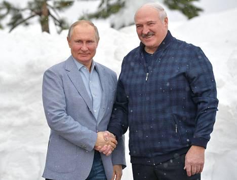 Putin ja Lukašenka kättelivät kameroiden edessä maanantaina Sotšissa.