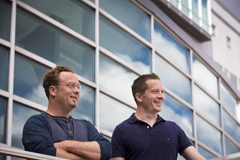 Yrittäjäveljekset Tapani ja Antti Rousi (oik.) kertovat, että tuleva verkkopalvelu näyttää yli miljoonan suomalaisen rakennuksen aurinkoenergiamahdollisuudet.
