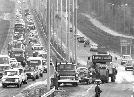 Liikenne virtaa onnettomuuspaikan ohi joskus 70-luvun alkupuolella.