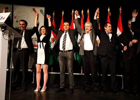 Jobbik-puolueen kampanjatilaisuus täytti perjantai-iltana budapestilaisen lastenteatterin. Puolueen puheenjohtajan Gábor Vona on kolmantena vasemmalla.