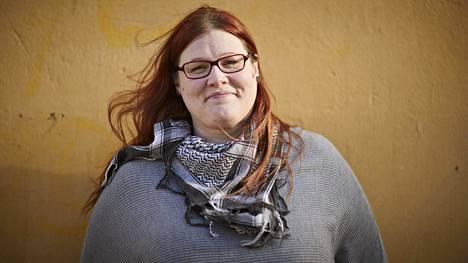 Eliisa Ahlstedt on Aseman Lapset ry:n yhteisökehittäjä, jonka työtä on olla nuorten tukena kaupungilla paikoissa, joissa he oleskelevat. Kuva: MIKKO HANNULA