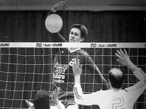 Raision Loimun lentopalloilija Jussi Jokinen ottelussa Pieksämän NMKY:tä vastaan maaliskuussa 1982.