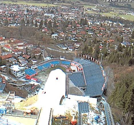 Oberstdorfin Schattenberg-mäen torniin sijoitettu nettikamera näytti tiistaina iltapäivällä, että Keski-Euroopan mäkiviikon avausareenan lumettaminen oli vielä kesken.
