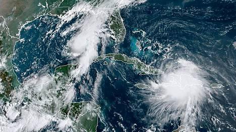 Sunnuntaina otetussa satelliittikuvassa näkyy kuinka oikealla oleva hirmumyrsky Laura liikkuu Haitin yli Karibianmerellä, kun taas vasemmalla oleva hirmumyrsky Marco lähestyy Yhdysvaltain rannikkoa.