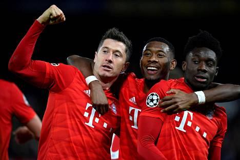Bayern Münchenin hyökkääjä Robert Lewandowski juhli joukkueensa kolmatta maalia Chelseaa vastaan yhdessä David Alaban ja Alphonso Daviesin kanssa.