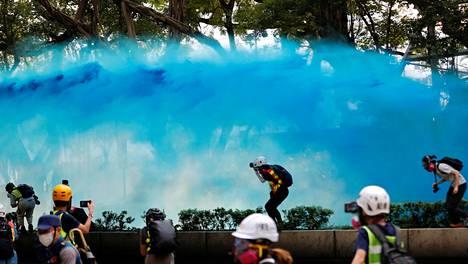 Hongkongin poliisi ampui vahingossa vesitykillä sinistä vettä moskeijan porteista sisään, hallintojohtaja kävi pyytämässä muslimeilta anteeksi