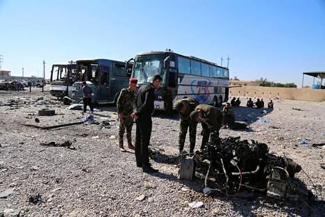 Irakin turvallisuusjoukot tutkivat itsemurhapommittajan räjäyttämän ambulanssin jäänteitä Samarrassa Bagdadin pohjoispuolella toissa viikon sunnuntaina.