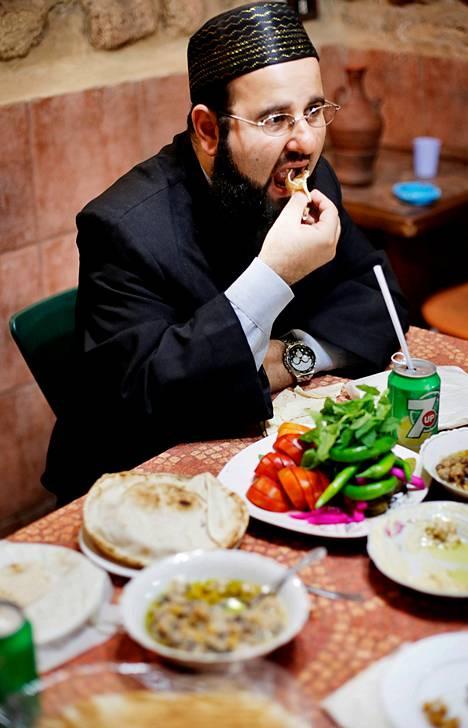 Muslimit syövät ruokansa oikealla kädellä, profeetta Muhamedin esimerkin mukaan.