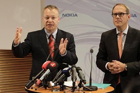 Nokian entinen toimitusjohtaja Stephen Elop (vas.) ja entinen hallituksen puheenjohtaja Jorma Ollila yhtiön pääkonttorissa järjestelyssä tiedotustilaisuudessa vuonna 2010.