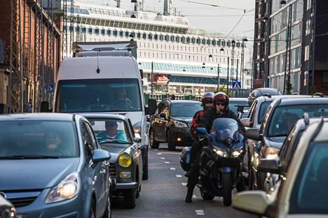 Autolautoilta tuleva liikenne ruuhkauttaa katuja Jätkäsaaressa ja sen lähistöllä.
