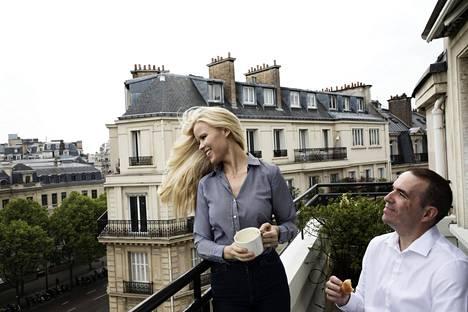 Kaupallista alaa opiskellut Kati Kukkasniemi muutti Ranskaan ensimmäistä kertaa töihin jo vuonna 1997. Nykyään hänellä on miehensä Paul Buiguesin kanssa yritys, joka kehittelee itseoppivaa ja sijoituspäätöksiä tekevää keinoälyä finanssialalle. Macronia he äänestävät etenkin tämän EU-myönteisyyden ja tuoreuden vuoksi. Yrittäjien toimintamahdollisuuksiin he ovat jo nyt tyytyväisiä.