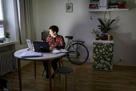 Muotoilukonsultti Lina Hayekin punavuorelainen yksiö on myös hänen työpaikkansa.