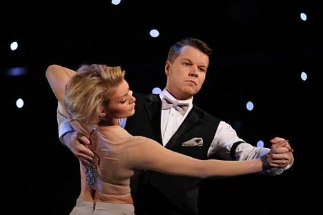 Hannes Suominen on parinsa Kia Lehmuskosken kanssa noussut Tanssii tähtien kanssa -kilpailun suosikiksi. Kuva Tanssii tähtien kanssa -ohjelman 4. päivän lähetyksestä.